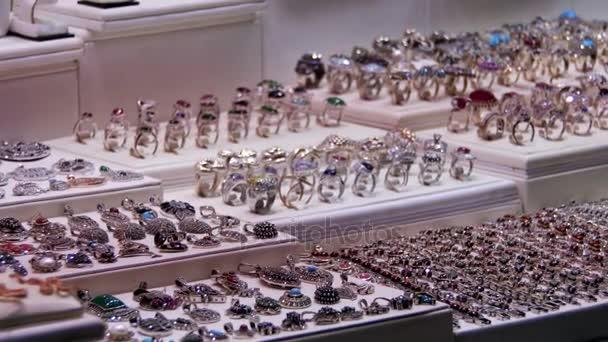 Витрина магазина ювелирных украшений — Стоковый видеоролик ... 6af68793421