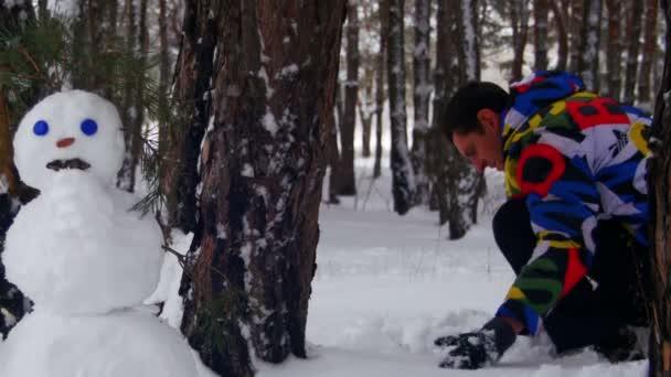 Ember, hogy hóember fenyő erdő, Hófehérke és a Befejezés gyönyörű hóember
