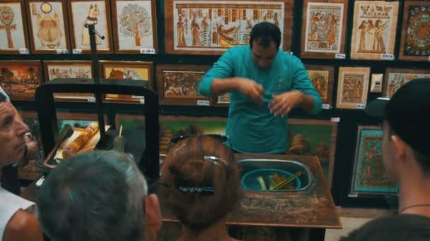 Demonstrace Papyrus v egyptské obchod pro turisty