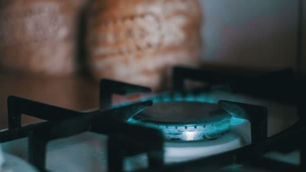 Entzündung des Gases im Herd auf dem heimischen Küchenherd. Zeitlupe