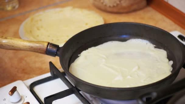 Kochen der Teigpfannkuchen, Fladen auf der heißen Pfanne in der heimischen Küche