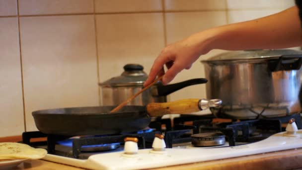 Příprava jídla proces v pánvi na sporáku v domácí kuchyni