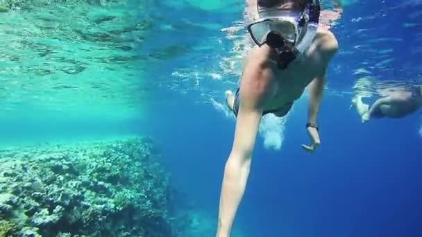 junger Mann schnorchelt auf farbenfrohem Riff im roten Meer, Ägypten
