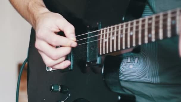 Játék az elektromos gitár, a házi stúdiójában gitáros