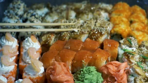 sushi v plastovém boxu