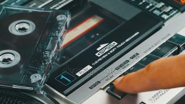 Tlačení přehrávání a tlačítko Stop na Retro magnetofonu