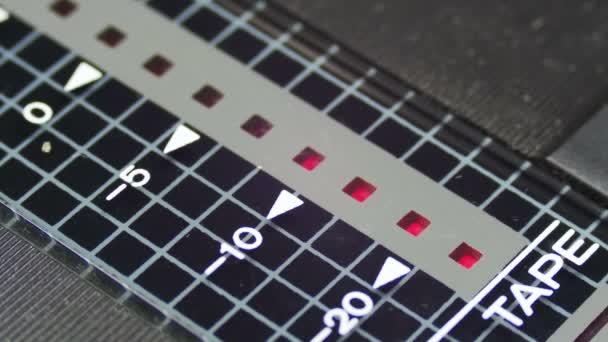 Červený indikátor na Vintage kazetový rekordní úrovni.