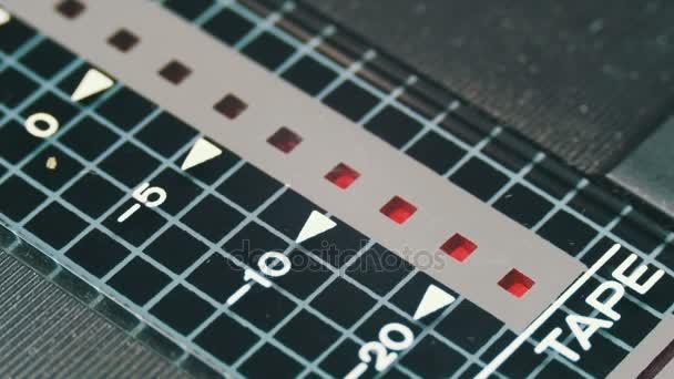 Červený indikátor na vinobraní magnetofon rekordní úrovni