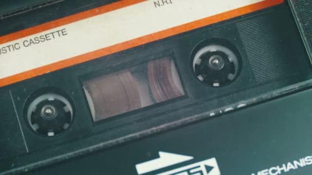 Audio-kazetu vložte do magnetofon a Play