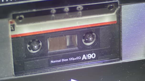 Kazeta s bílým Blank Label.