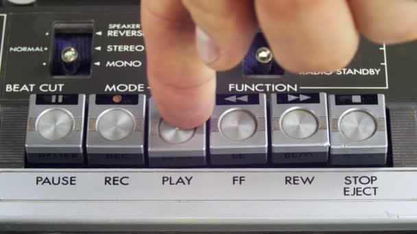 Tlačení Play, Stop a tlačítko nahrávání na vinobraní magnetofon