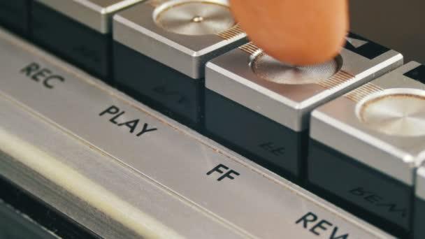 Stlačením tlačítka vpřed na vinobraní magnetofon