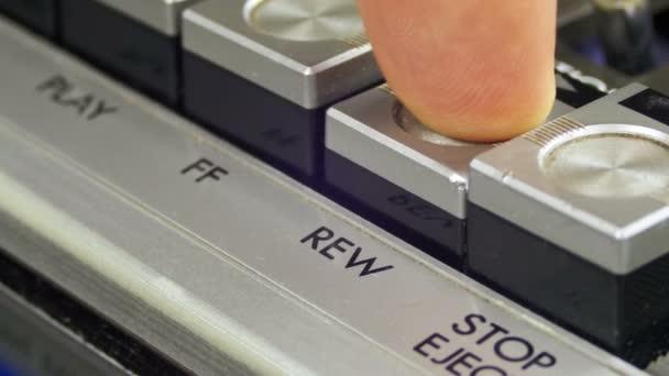 Stlačením tlačítka zpět na vinobraní magnetofon