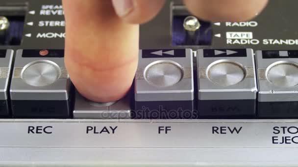 Tlačení přehrávání a tlačítko Stop na vinobraní magnetofon