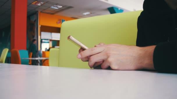 A mobiltelefon használata a Cafe ember