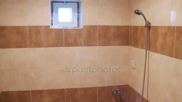 Sprchovým koutem s WC