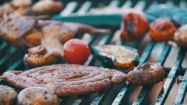 Főzés ízletes Barbecue-kolbász, hús és zöldség Grill. Lassú mozgás