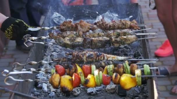 Grilování s vynikající grilovaná masa a zelenina vařená na grilu. Zpomalený pohyb