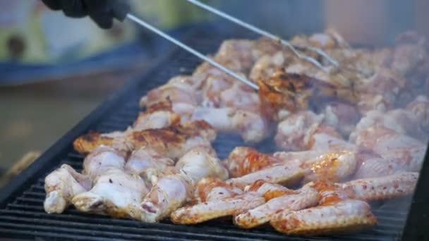 Grilované kuře na grilu. Zpomalený pohyb