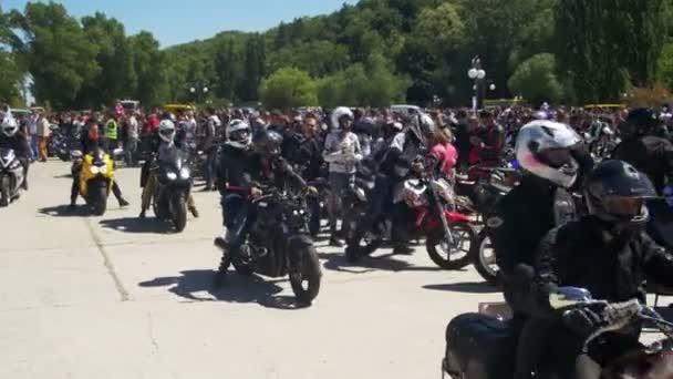 Mnoho motocyklů jezdit na kole festivalu