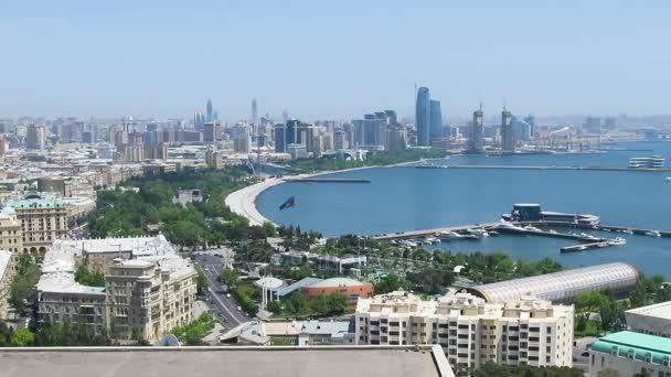 Panoramatický pohled velkoměsta Megalopolis u moře v letním dni. Timelapse