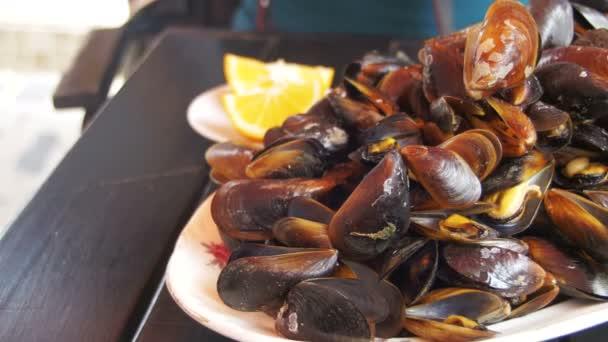 gekochte Muscheln auf einem Holztisch im Fischrestaurant