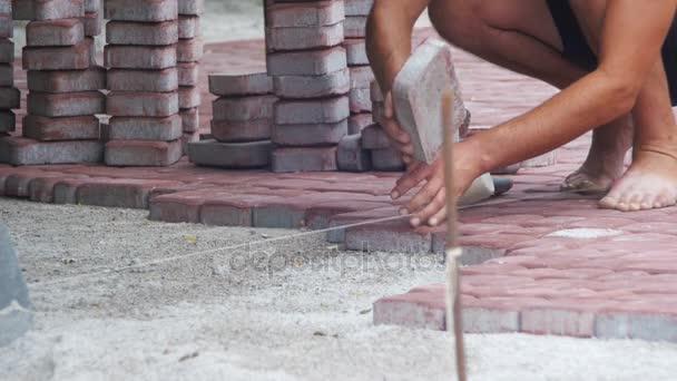 Pracovník, kterým se kámen dlažební desky