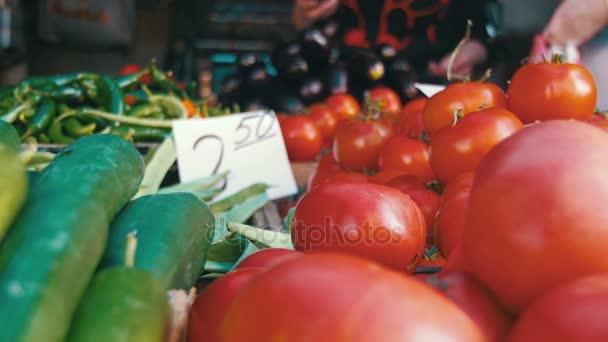 Čerstvá zelenina na pultu v obchodě