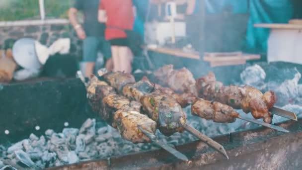Grilování s vynikající grilované maso a zeleninu na špejle vařené na Party