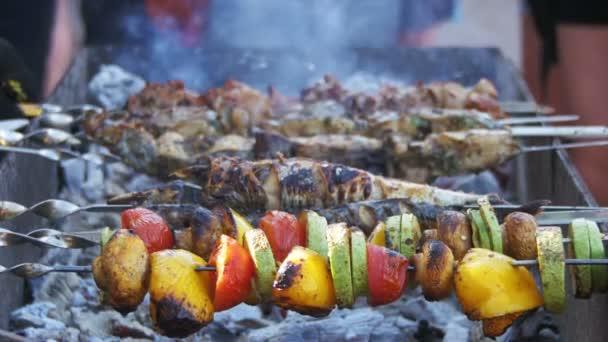 Grilování s vynikající grilovaná masa a zelenina vařená na grilu
