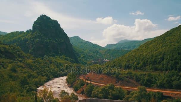 Krajina hor v Arménii. Horská řeka