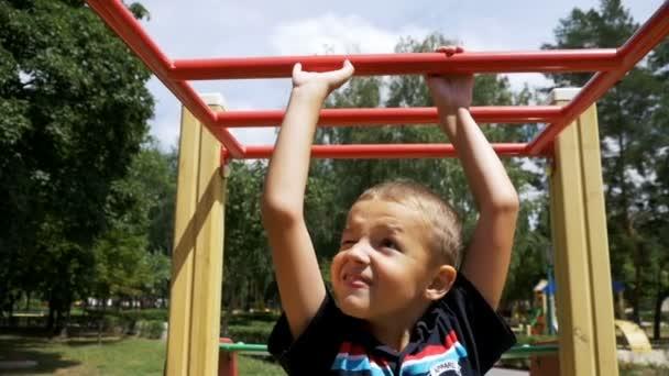 Klettergerüst Am Hang : Ringe hängen auf klettergerüst vintage spielplatz im freien
