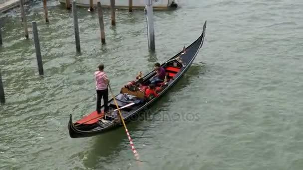 A turisták hajóznak át a canal Grande a velencei gondolák