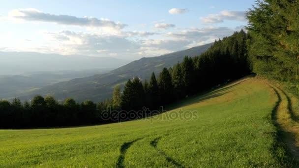 Panoramatický pohled z hor a zelené louky v Alpách, Rakousko.