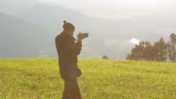 Mladá žena má obraz krajina hory v Alpách, Rakousko