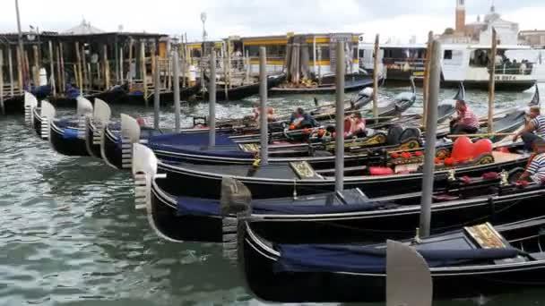 Parcheggio gondole soggiornare nel Dock sull\'argine del Palazzo ...