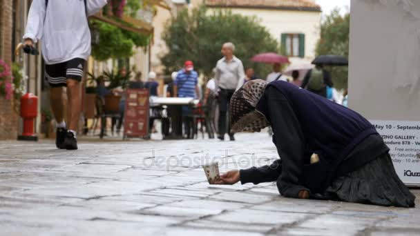 Bettler Großmutter bittet um Almosen in den Straßen von Venedig, Italien