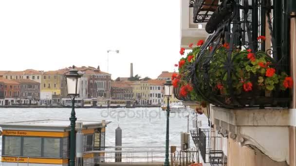 Balkon mit Blumen auf dem Hintergrund von Venedig, Italien