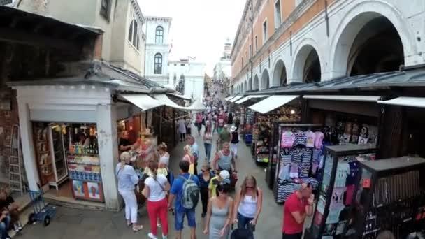 Pohled shora turisté pěšky podél the úzkých uliček poblíž suvenýr obchody Benátky, Itálie