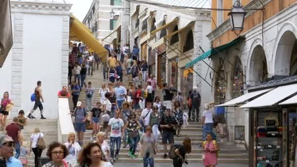 Turisté pěšky podél the úzkých uliček poblíž suvenýr obchody Benátky, Itálie