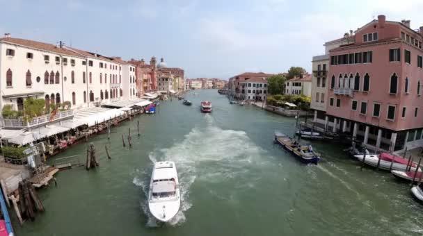 Benátky Itálie Grand Canal dopravní trasy, pohled z mostu