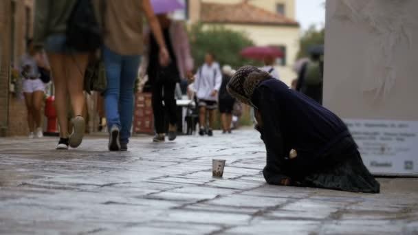 obdachlose Bettler Großmutter bittet um Almosen in den Straßen von Venedig, Italien