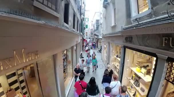 Vista dall\'alto di turisti a piedi lungo le stradine vicino a negozi ...