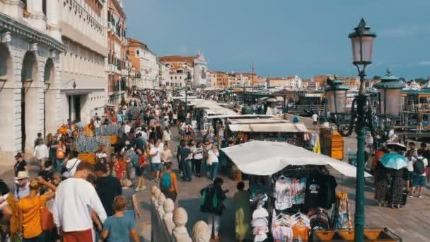 Masse der Leute sind Fuß entlang der Böschung von Venedig, Italien