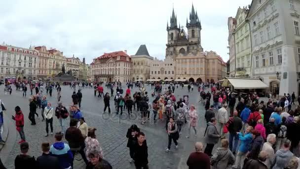 Staré město, Stare Mesto náměstí. Lidé chodí po náměstí. Praha, Česká republika