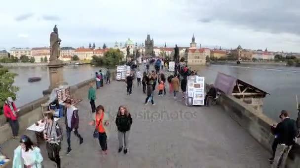 Dav lidí, kteří jdou podél Karlův most, Praha, Česká republika. Časová prodleva