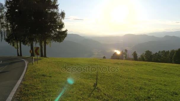 Horská silnice v Alpách, Rakousko. Panoramatický pohled z hor a zelené louky