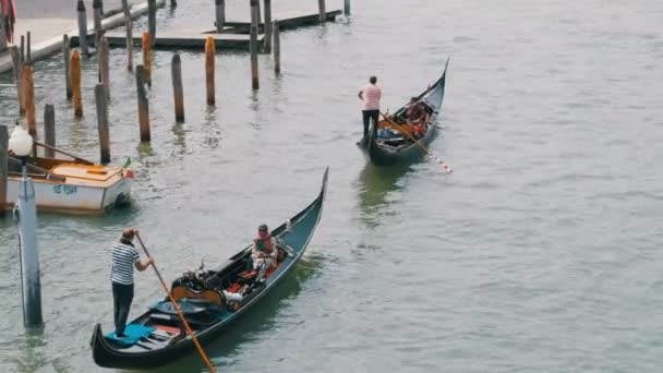 Gondoly s turisty plout přes canal Grande v Benátkách