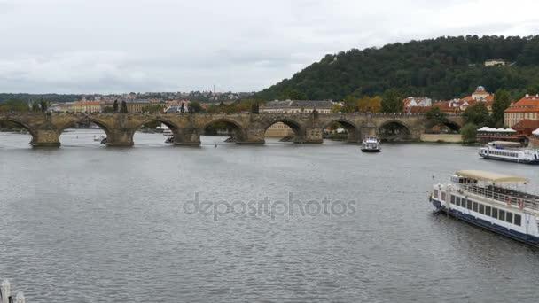 Zobrazení na šířku Pražský most a loď plovoucí na řece Vltavě