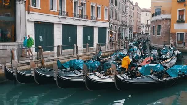 Gondole soggiornare nel Dock sulla stretta strada a Venezia, Italia ...